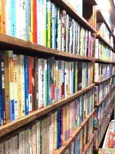 本がたくさん詰まった本棚
