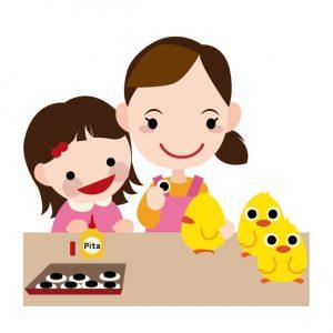 内職をする母と子供