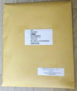 宛名を貼ったクラフト封筒