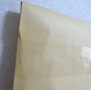 クラフト封筒に入れた本の背面